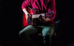 Akustisk gitarr Leka gitarren Live musik Vit maskering och saxofon Instrument på etapp och musikband för gitarrillustration för b royaltyfri foto