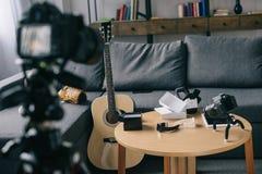 akustisk gitarr och kameror Arkivfoton