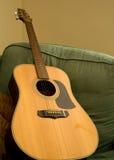 Akustisk gitarr på fåtöljen Fotografering för Bildbyråer