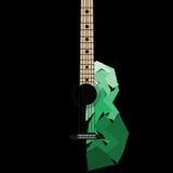Akustisk gitarr på svarta bakgrundsfragment Arkivbild