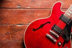Akustisk gitarr på wood bakgrund Arkivfoton