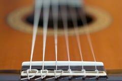 Akustisk gitarr - sadeldetalj Arkivfoto