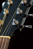 Akustisk gitarr som trimmar tangentbakgrund royaltyfria foton