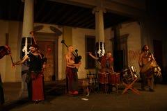 Akustisk konsert av den barbar- rörmusikbandet Arkivfoto
