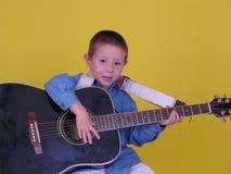 akustisk pojkegitarr royaltyfria bilder