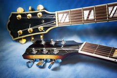 Akustiska gitarrer i blå bakgrund arkivbild
