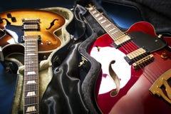 Akustiska gitarrer i räkningar arkivbilder