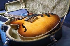 Akustiska gitarrer och räkningar royaltyfri fotografi