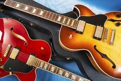 Akustiska gitarrer och räkningar royaltyfria bilder