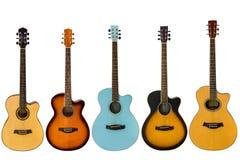 Akustiska gitarrer som isoleras på vit bakgrund Arkivfoto