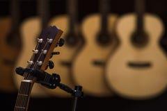 Akustiska klassiska gitarrer med rader shoppar in Arkivfoto