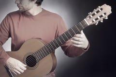akustiskt leka för gitarrgitarristmusiker Klassisk gitarrist som spelar akustisk guit Fotografering för Bildbyråer