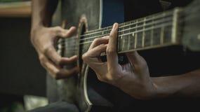 akustiskt leka för gitarrman arkivbilder