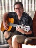 akustiskt leka för gitarrman Royaltyfria Bilder
