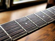 Akustiskt wood gitarrslut upp på träbakgrund med fretboard, rader och stämmare för musikbloggar, musikersamkvämmassmedia royaltyfri fotografi