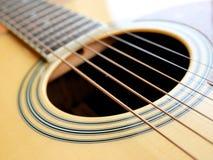Akustiskt wood gitarrslut upp på träbakgrund med fretboard, rader och stämmare för musikbloggar, musikersamkvämmassmedia royaltyfria foton