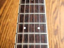 Akustiskt wood gitarrslut upp på träbakgrund med fretboard, rader och stämmare för musikbloggar, musikersamkvämmassmedia royaltyfria bilder