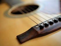 Akustiskt wood gitarrslut upp på träbakgrund med fretboard, rader och stämmare för musikbloggar, musikersamkvämmassmedia royaltyfri foto