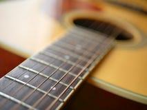 Akustiskt wood gitarrslut upp på träbakgrund med fretboard, rader och stämmare för musikbloggar, musikersamkvämmassmedia fotografering för bildbyråer