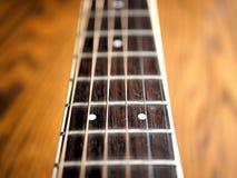 Akustiskt wood gitarrslut upp på träbakgrund med fretboard, rader och stämmare för musikbloggar, websitebaner Royaltyfri Foto