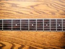 Akustiskt wood gitarrslut upp på träbakgrund med fretboard, rader och stämmare för musikbloggar, websitebaner Arkivbild