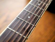 Akustiskt wood gitarrslut upp på träbakgrund med fretboard, rader och stämmare för musikbloggar, websitebaner Fotografering för Bildbyråer