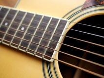 Akustiskt wood gitarrslut upp på träbakgrund med fretboard, rader och stämmare för musikbloggar, websitebaner Arkivfoton