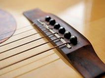 Akustyczny drewniany gitary zakończenie up na drewnianym tle z fretboard, sznurkami i tunerami dla muzycznych blogów, strona inte Zdjęcia Stock