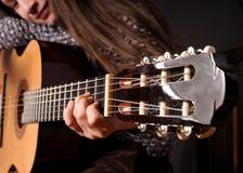 akustyczny dziewczyny gitary bawić się zdjęcia royalty free