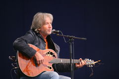 Akustyczny solo koncert piosenkarz, poeta Vyacheslav Malezhik otwarty i kompozytor, szenen głównego plac miasto Priozersk Zdjęcia Stock