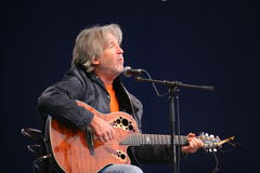 Akustyczny solo koncert piosenkarz, poeta Vyacheslav Malezhik otwarty i kompozytor, szenen głównego plac miasto Priozersk Zdjęcie Royalty Free