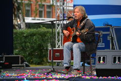 Akustyczny solo koncert piosenkarz, poeta Vyacheslav Malezhik otwarty i kompozytor, szenen głównego plac miasto Priozersk Fotografia Stock
