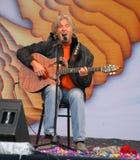 Akustyczny solo koncert piosenkarz, poeta Vyacheslav Malezhik otwarty i kompozytor, szenen głównego plac miasto Priozersk Obraz Stock