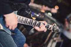 akustyczny szczegółów gitary gitarzysta wręcza instrumant muzykalny wykonawcy gracza bawić się Obraz Stock