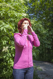 Akute Allergie zum Blütenstaub: niesende Frau Lizenzfreie Stockfotos
