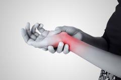 Akute Schmerz in einem Frauenhandgelenk Stockbilder