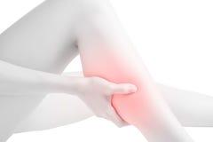 Akute Schmerz in einem Frauenkalbbein lokalisiert auf weißem Hintergrund Beschneidungspfad auf weißem Hintergrund Stockfotografie