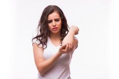 Akute Schmerz in einem Frauenwinkelstück Frau hält Hand zur Stelle von Ellbogenschmerz Standort der Schmerz anzeigend stockbild