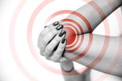 Akute Schmerz im Ellbogengelenk, Nahaufnahme Hände berühren die schmerzhafte Stelle Schmerzbereich hob im roten, Schwarzweiss-Bil lizenzfreie stockfotos