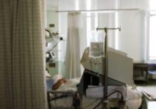 Akutmottagning med patienten i säng, unfocused bakgrund Fotografering för Bildbyråer