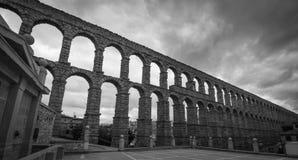 Akvedukt av Segovia - svart & vit royaltyfri foto