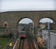 Akvedukt i Arcueil-Cachan, Paris, i morgonen Arkivbilder