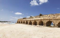 Akvedukt i forntida Caesarea, Israel Royaltyfria Foton
