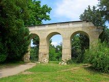 Akvedukt i parkera vid chateauen i Lednice & x28; Tjeckiska Republic& x29; Royaltyfria Foton