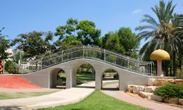Akvedukten i en barn` s parkerar i staden av Holon i Israel arkivfoto