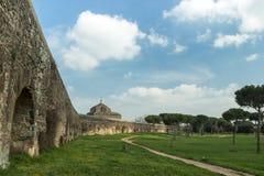 Akvedukten parkerar i Rome royaltyfria bilder