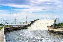 Akveduktvattenbron över vägen för dräneringvatten till havet på Suvarnabhumi Thailand avsikt som bygger för, förhindrar flodflygp royaltyfri bild
