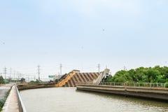 Akveduktvattenbron över vägen för dräneringvatten till havet på Suvarnabhumi Thailand avsikt som bygger för, förhindrar flodflygp fotografering för bildbyråer