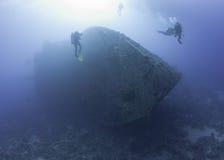 Akwalungów nurkowie bada shipwreck fotografia royalty free