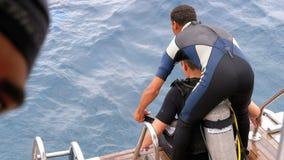Akwalungów nurkowie dostaje gotowy skakać z łodzi w Czerwonego morze zbiory